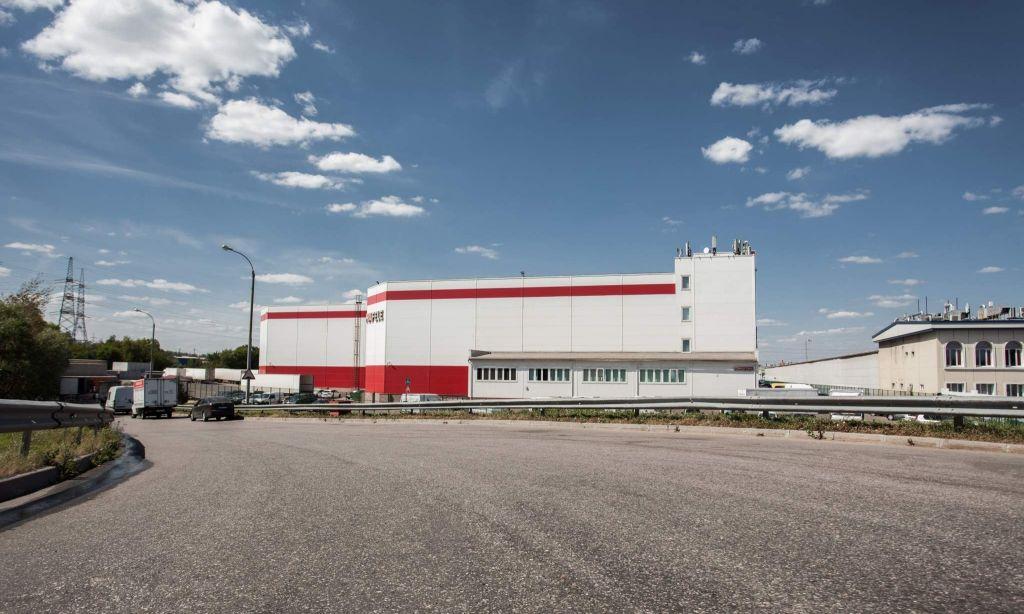 Вид со МКАДа на офисно-складской комплекс